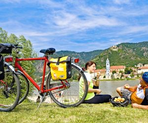 Cyclists having a break in Dürnstein at the bank of the river Danube
