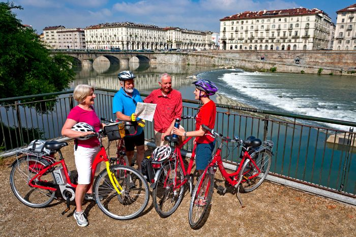 Cyclists in front of the bridge Ponte Vittorio Emanuele XVI