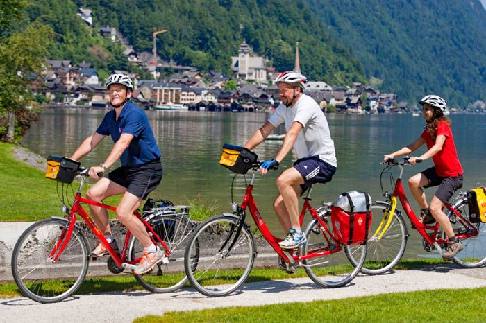 Cyclists at the bank of Lake Hallstatt