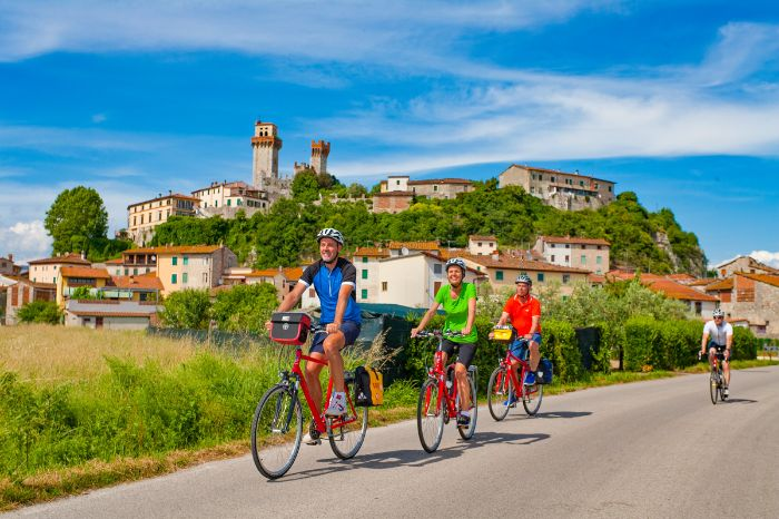Cyclists near Nozzano