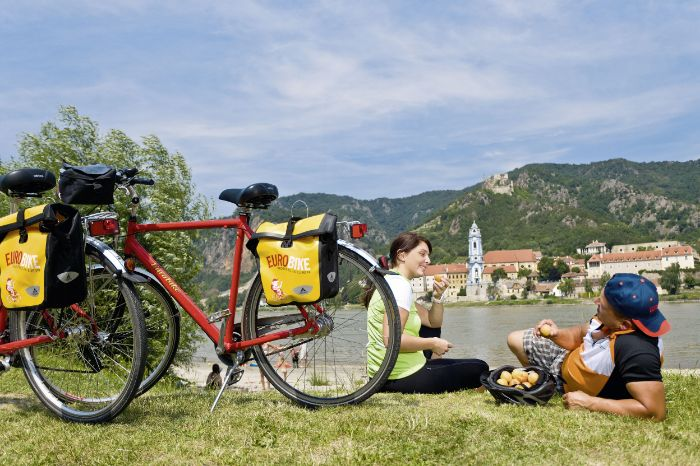 Cyclists having a break in Dürnstein next to the river Danube