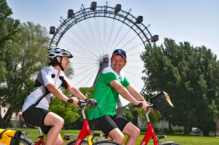 Cyclists in front of the Viennese observation wheel