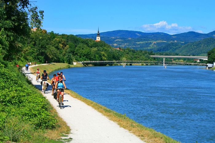 Cyclists at the bank of the river Mur