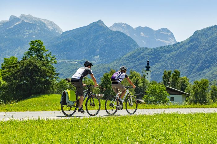 Cyclists in front of the mountains