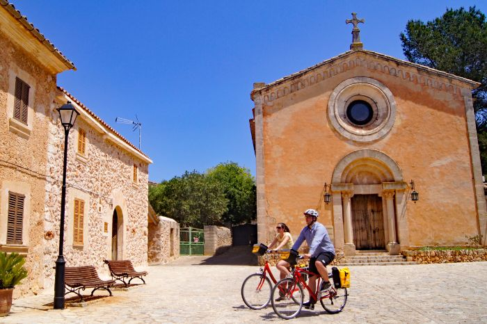 Cyclists in front of church in Ruberts